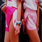 Kontynuując temat dwustronnych spodenek ➡️ wjeżdżamy z nowym modelem z linii MeltingLoca jak i wspomnianym wcześniej ➡️ CreamyLoca 🧁🍦🍩  Chyba nie musimy tu dużo pisać ➡️ wspaniałe dla miłośniczek lodów w posypce, w waflu, w rożku! Śmietankowych lub czekoladowych! Z przewrotnie wbitymi & odwróconymi nogami Barbie lub uzupełnionymi smaczną posypką 🍩🧁🍦  Do wyboru, do koloru!  MeltingLocaShorts to dopełnienie stylizacji z koszulką lub bluza przez głowę, ale równie wspaniale prezentujące się z innymi chillocowymi propozycjami jak na załączonym obrazku 🍩💗🍩  Natomiast do RidingLocaShorts ➡️ proponujemy rozpinaną górę z tej samej serii lub każdą inną chillocowa opcję tworząca wraz z szortami oryginalną całość 💗  Bo właśnie o to chodzi ➡️ letnie szaleństwo kojarzy się przecież z barwnymi smakołykami & swakacjami (dosłownie i w przenośni), a nasze propozycje je odzwierciedlają!!!   Zgrabnie się ze sobą łączą dając Wam wiele opcji stylizacji do wyboru🍍🌺💟  Dzięki temu ubiorowi ➡️ pokazujecie światu radość, pozytywne emocje & wywołujecie uśmiech na twarzy napotkanych osób 🤭  Niech świat stanie się weselszy & bardziej kolorowy! Sadząc po ostatnich zamówieniach ➡️ wyznajecie tę samą zasadę 😍  NA POWITANIE PIĘKNEJ CZERWCOWEJ AURY ➡️ LECIMY Z KOLEJNĄ PROMKĄ 💰➡️ WŁAŚNIE WRZUCIŁYSMY JĄ NA STRONIE CHILLOCA.EU 🏄♀️🍀🍦☀️  IT'S ALL ABOUT THE LIFESTYLE!  @hang10pl @laosadiashop @bonaonamallorca @carolinaadancaro   #longlegsgirl #legslegslegs #lody #lodynaturalne #czekoladowe #creamylove #barbiechallenge  #wafflecone #wafflelove #gofry #summerstyles #stylizacja #fuksja #pinkpinkpink #szorty #shortshorts  #summeroutfit #summerlook #summerclothes #promocja #streetweardaily #activewearfashion #activewearforwomen #różowy #czerwiec #polskamarka #lifestyleinfluencer  #summervibesonly #wakacjewpolsce #travelingplanet