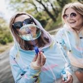 'Your thoughts are bubbles waiting to be popped' - Jon Kobat-Zinn 💭  Może myślicie o wspaniałym prezencie dla przyjaciółki, siostry, ukochanej?  💙  Albo macie ochotę sprawić sobie & JEJ wysokiej jakości podarunek nawiązujący do beztroskiego czasu wakacji, aktywnego urlopu, surfowania po błękitnych falach & relaxie na plaży?  W duecie zawsze raźniej 💙👯🏄♀️  Przypominamy Wam o trwającej nadal promocji na cały chillocowy asortyment 🌊🧁🌎  Dołączajacie & zapraszajcie najbliższe osoby do kolorowej zony #chillocagirls ☀️🌴💧  📷 @troj3x  @flight_attendants_after_work  #friends #friendship #amigas #bff #polskadziewczyna #polishgirl #chillocagirl #poznanianka #warszawianka #bubbles  #bańkimydlane #beztroska #wakacje #memories #bluzakapturem #hoodie #instasurf #surffascinating #wspierampolskiemarki #warszawa #poznań #mallorca #rednails #sunglassesfashion #tous #inspirationalquotes #Saturday #onlineshoppingstore #polandphotos