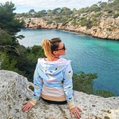 Nie samymi chillocowymi bluzami, ale i pięknymi widokami  człowiek żyje 👀😉👯 Mimo, że wszystko składa się w jedną spójną całość 🙊💙  Zimowe piesze wycieczki po szlakach Majorki są jeszcze przyjemniejsze & możliwe w odpowiednim i wygodnym stroju 🏞️🚶♀️🌎  Wyspa słynie nie tylko z pięknych plaż obleganych latem, ale ma równie wspaniałe warunki do trekkingu, o czym zawsze wspominamy, szczególnie na prowadzonym również przez nas profilu @flyinglocas poświęconemu atrakcjom Balearów 🏝️🔝📍  Jeśli macie pytania związane właśnie z tymi zagadnieniami ➡️ prosimy o bezpośredni kontakt z @flyinglocas ✌️✈️🌎  #mallorquinament #igersmallorca #mallorca #beautifuldestinations #calapi #trekking #pieszo #szlaki #wycieczka #excursion #excursiones #baleares #discoveringnewplaces #mallorcagram #bestspots #travelvlog #flyinglocas #jestemzpolski #countdown #polishbrand #polskamarka #brandidentity #activegirls #activewear #surfinggirl #polskadziewczyna #tourismo #travelguide #traveladdict #balearicislands